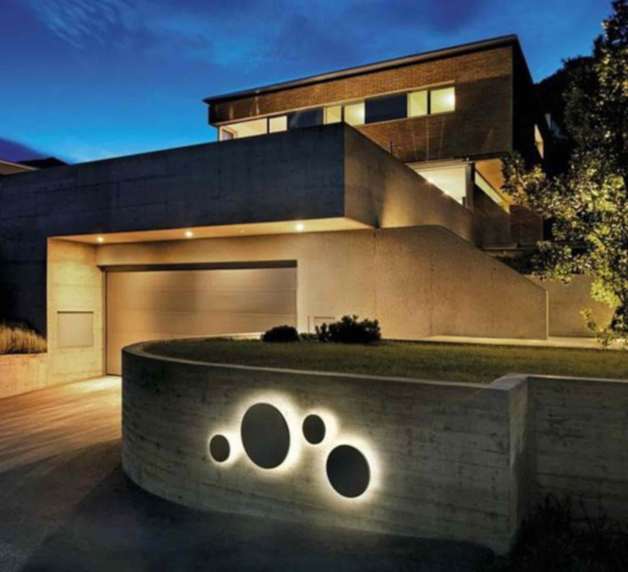 En cette période estivale, découvrez comment bien éclairer une façade extérieure !